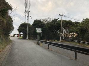 小春日のバス停手前で右下への道が現れます。